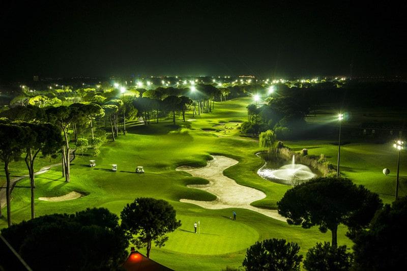 Sân golf Minh Trí nằm cách sân bay Nội Bài khoảng 15 phút di chuyển
