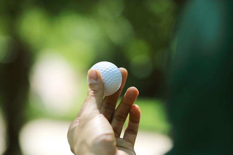 Nên kiểm tra bóng golf trước để đảm bảo chất lượng