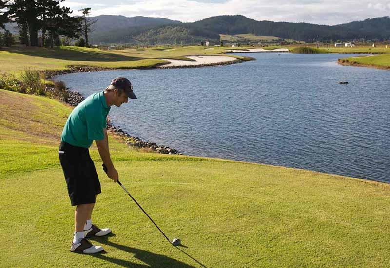 Loại bóng được dùng khi đánh ở điều kiện sân nhiều hồ nước