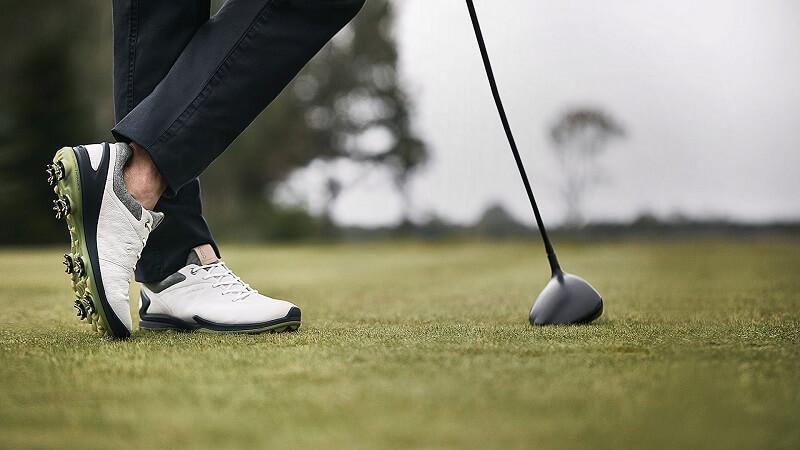 Người chơi nên chọn giày golf lớn hơn 0,5 – 1cm so với size bình thường