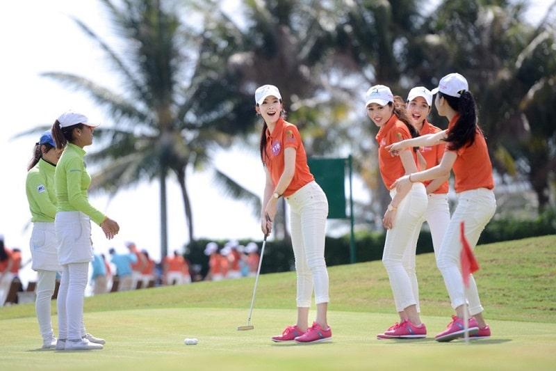Lựa chọn trang phục phù hợp với thời tiết sẽ giúp golfer nữ thoải mái và nổi bật