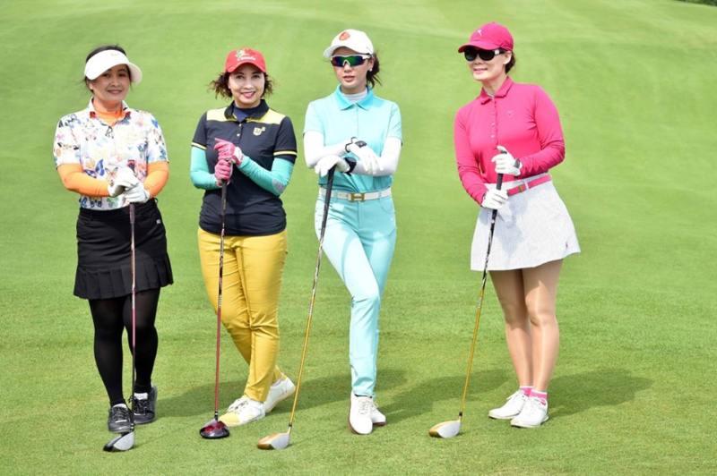 Kết hợp thắt lưng Nike với chân váy giúp golfer nữ thêm phần trẻ trung