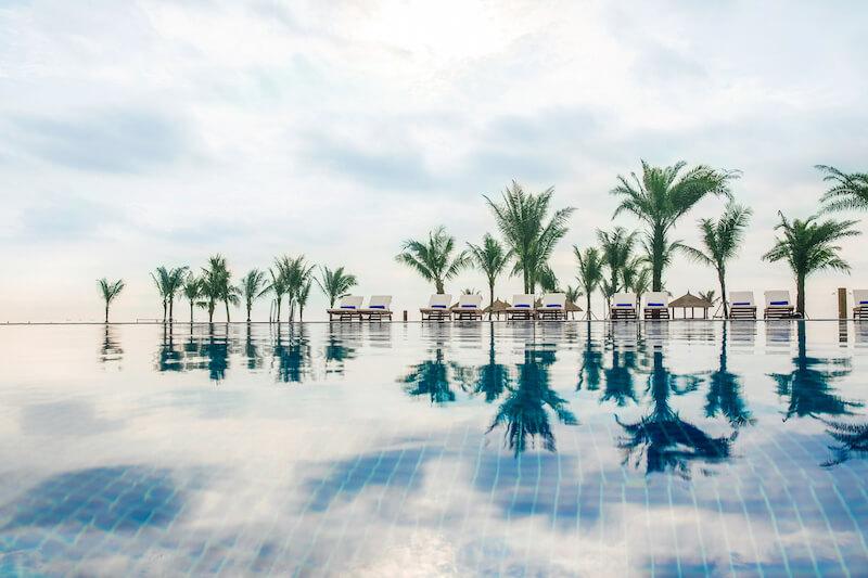 Bể bơi tràn bờ tại Vinpearl Resort