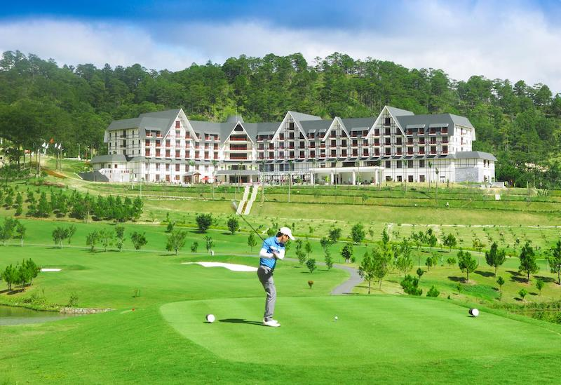 Sân golf Sacom Đà Lạt, nằm ở phía Đông thung lũng thuộc khu du lịch quốc gia hồ Tuyền Lâm phong cảnh hữu tình