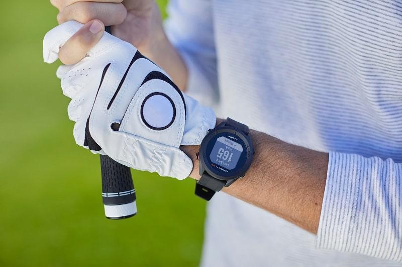 người chơi golf đeo đồng hồ garmin