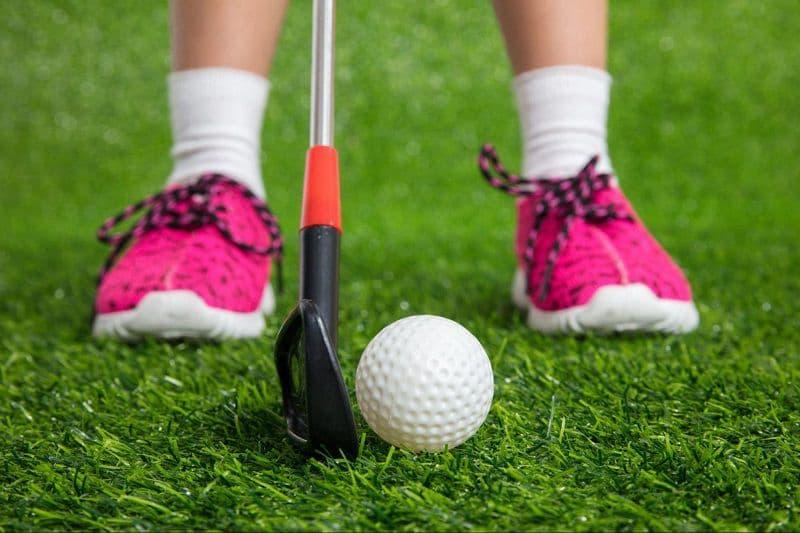 Chất liệu cũng là vấn đề cần đặc biệt quan tâm khi chọn mua giày golf cho trẻ