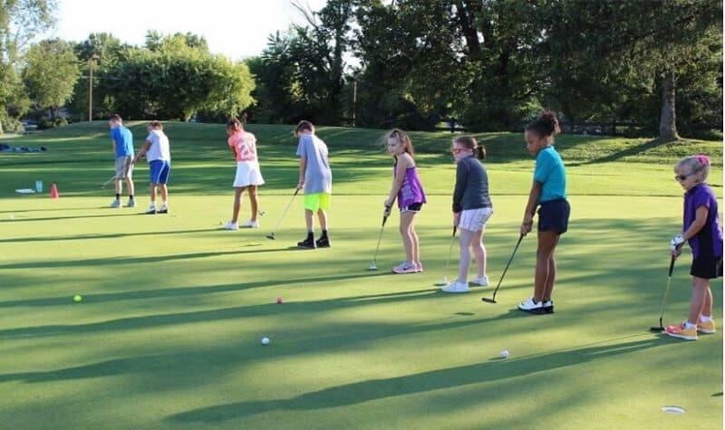 Bố mẹ nên lưu ý chọn loại giày golf đảm bảo độ vững chãi khi con di chuyển trên sân