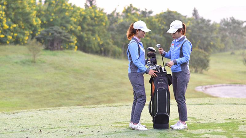 Đội ngũ caddie chuyên nghiệp tại sân golf