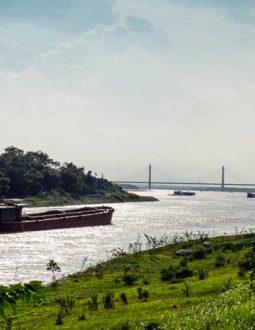 Sân golf bên bờ sông Đuống nơi tàu thuyền đi lại