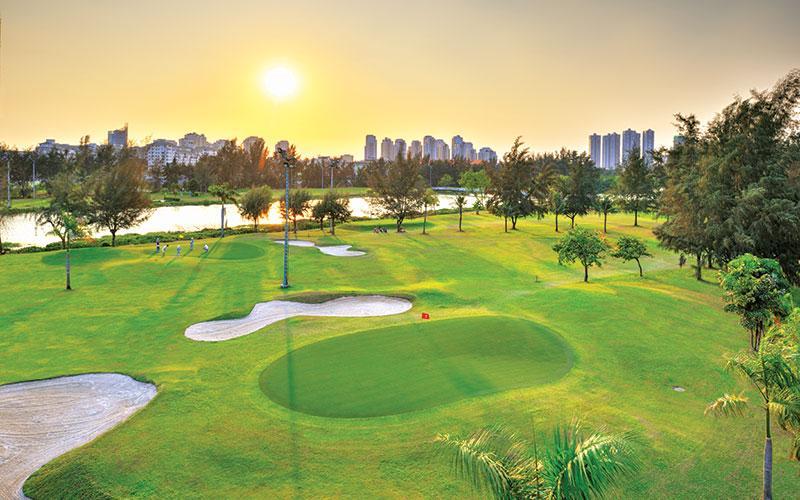 Sân golf nằm trong khu đô thị Phú Mỹ Hưng cao cấp