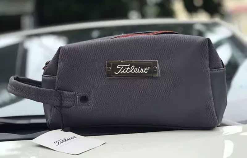 Túi cầm tay Titleisit là phụ kiện giúp các golf thủ chứa đồ và tăng phong cách